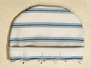 Шьем простую детскую шапочку, верхнюю часть шапочки вывернуть, нижнюю деталь шапочки вывернуть и сложить вдоль пополам