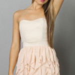 Маленькое бежевое платье с юбкой-плиссе