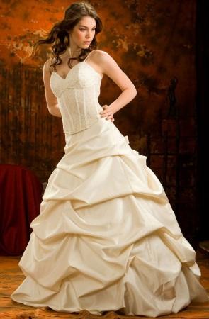 Бежевое пышное свадебное платье в