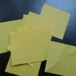Квадратов из желтой бумаги должно быть 8-10 штук