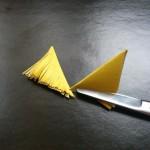Нарежьте каждый треугольник тонкими полосами наискось