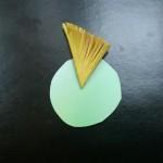 Из картона вырежьте кружок и начинайте клеить в центр пушистые треугольники