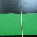 Возьмите широкую полоску зеленой бумаги и шпажку