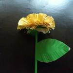 Приклейте зеленые листья к одуванчику